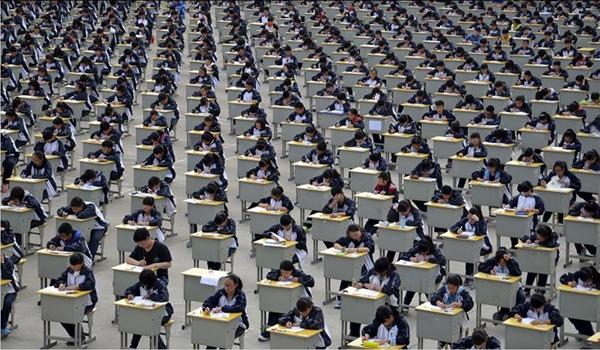 Hơn 1.700 học sinh thi học kỳ tại một sân chơi ngoài trời của một trường trung học cơ sở ở Thiểm Tây, Trung Quốc ngày 11/4/2015 với lý do không gian trong nhà quá chật chội. Ảnh: Reuters.