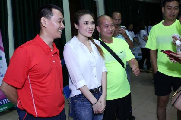 Sau cuộc giao hữu bất đắc dĩ, cô nói lời chia tay với khán giả và tranh thủ chụp hình lưu niệm với các vận động viên trước khi lên xe ra về.