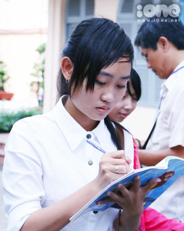 Một nữ sinh xem lại bài vừa làm