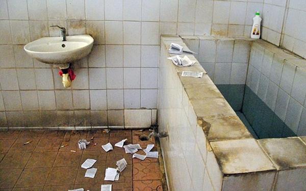 Phao thi cũng phủ trắng các phòng vệ sinh nam của khu vực thi này.