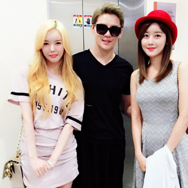 Seung Ah (Rainbow) rủ Serri (Dal Shabet) đi xem nhạc kịch Death Note Jun Su (JYJ)