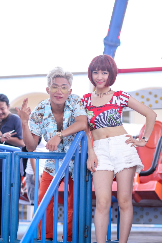 """Qua MV """"Ăn gì đây"""", Mr. T cùng Hoà Minzy và ekip mong muốn đem lại cho khán giả cái nhìn mới mẻ, trẻ trung về ẩm thực Hà Nội hay văn hoá vỉa hè ở Thủ Đô cũng như những vùng lân cận trong khu vực."""