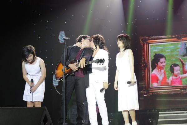 ây là những ca khúc được nhạc sĩ Ngọc Lễ viết cho hai cô con gái của mình là bé Na và bé Nấm. Ca khúc được thể hiện bởi chính 4 thành viên của gia đình Phương Thảo, Ngọc Lễ.