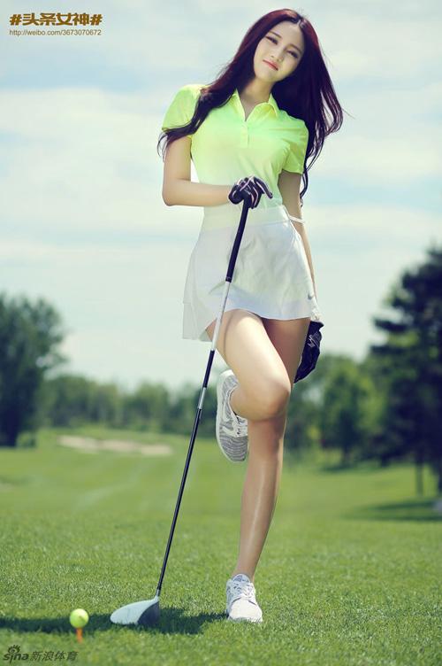 Được đăng lên mạng xã hội Weibo, loạt ảnh về một mỹ nữ chơi golf khiến