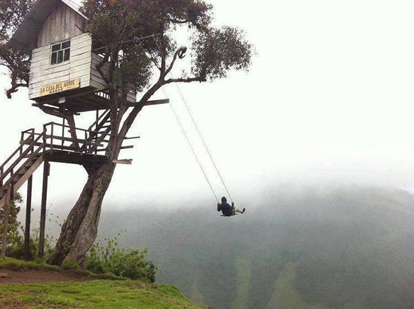 Ngôi nhà trên cây này thực chất là một đài quan sát núi lửa Tungurahua, một ngọn núi lửa đang hoạt động gần đó.
