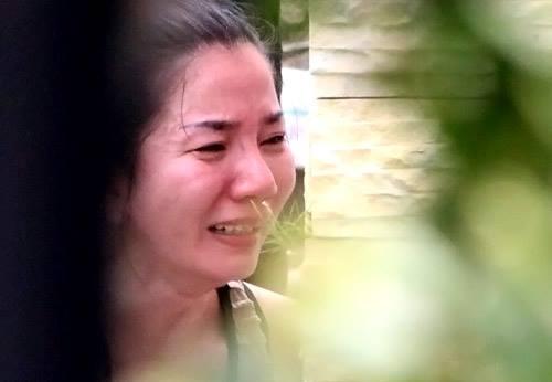 Người thân nạn nhân đau đớn sau vụ gia đình 6 người bị thảm sát. Ảnh: Ngoisao.