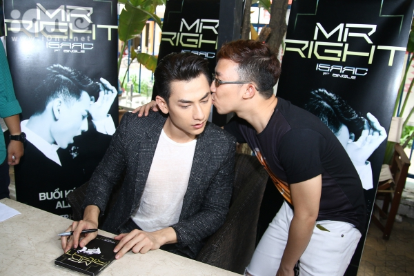 Một tình huống vô cùng bất ngờ xảy ra khi nam ca sĩ đang kí tặng, một fan nam sau khi xin chữ ký đã dành tặng cho thần tượng một nụ hôn.iềiều này không chỉ khiến