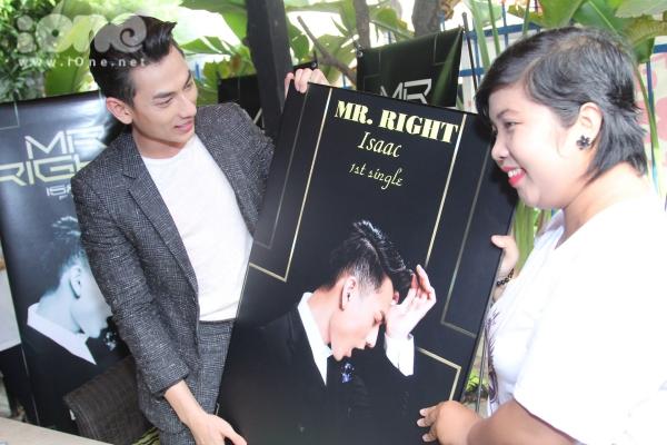 Nam ca sĩ bất ngờ được tặng một bức ảnh phóng to của chiếc bìa album single