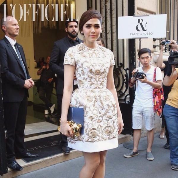 Nữ diễn viên Chompoo Araya lần nữa xuất hiện ấn tượng tại Paris trong tuần lễ thời trang. Chompoo được tạp chí thời trang L'Officiel Thailand lựa  chọn làm đại diện đi tham dự show thời trang cùng các fashionista thế giới.