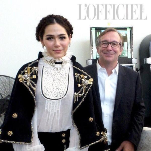 Vốn có niềm đam mê với hàng hiệu, Chompoo luôn là khách hàng ruột của các nhãn hiệu thời trang danh tiếng. Bản thân cô nàng cũng là NTK, chủ một thương hiệu thời trang nữ ở Thái, chính vì thế mà mối quan hệ của Chompoo với giới thời trang danh tiếng quốc tế cũng khá rộng.