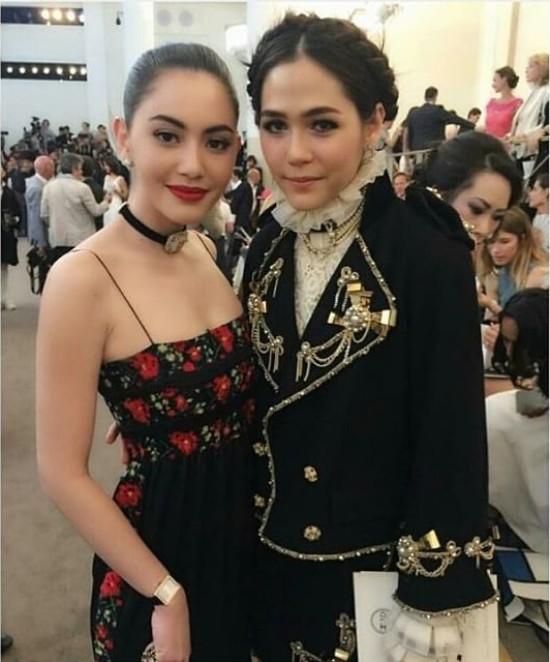 Trong buổi trình diễn của nhà mốt Chanel, mỹ nhân sành điệu nhất Thái Lan có dịp đụng mặt cô nàng ma nữ xinh đẹp Mai Davika. Được biết, nữ diễn viên Tình người duyên ma mới trở thành gương mặt đại diện của nhãn hiệu thời trang đình đám này tại Thái Lan trong năm nay.