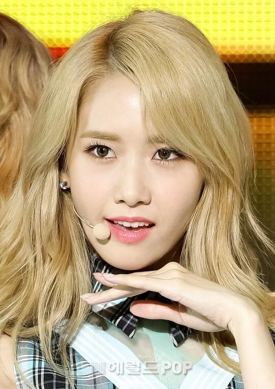 Trong lần comeback mới nhất, Yoon Ah lần đầu nhuộm tóc vàng. Người hâm mộ cho rằng thành viên SNSD rất hợp với màu tóc nổi bật này.