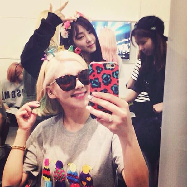Hyo Yeon và Tiffany đội vòng hoa, đeo bờm chữ Party trên đầu