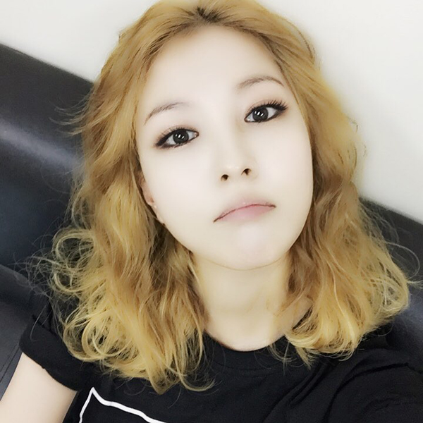 BoA khoe ảnh tự sướng đáng yêu trong phòng nghỉ. Ở góc độ này, cô nàng khiến nhiều fan nhầm tưởng là Soo Young (SNSD)