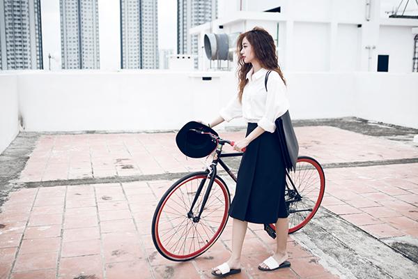 Từng được biết đến với biệt danh cô bé trà sữa phiên bản Việt Nam nhờ những hình ảnh dễ thương trong sáng, thế nhưng lần về nước hoạt động lần này, Jun Vũ lại xuất hiện trong hình ảnh vô cùng mới lạ và ấn tượng.