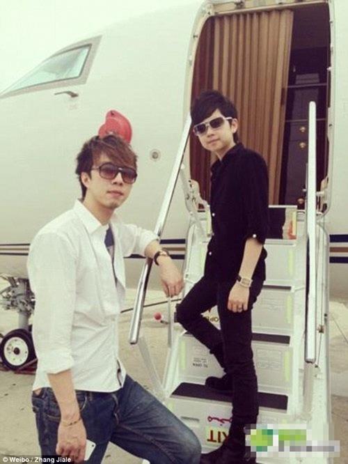 Zhang thường xuyên đi du lịch bằng chuyên cơ riêng.