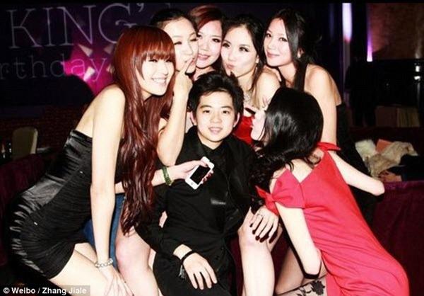Cô nàng tomboy 22 tuổi  Zhang Jiale, con một đại gia về bảo hiểm, điện tử được các cô gái bao vây.