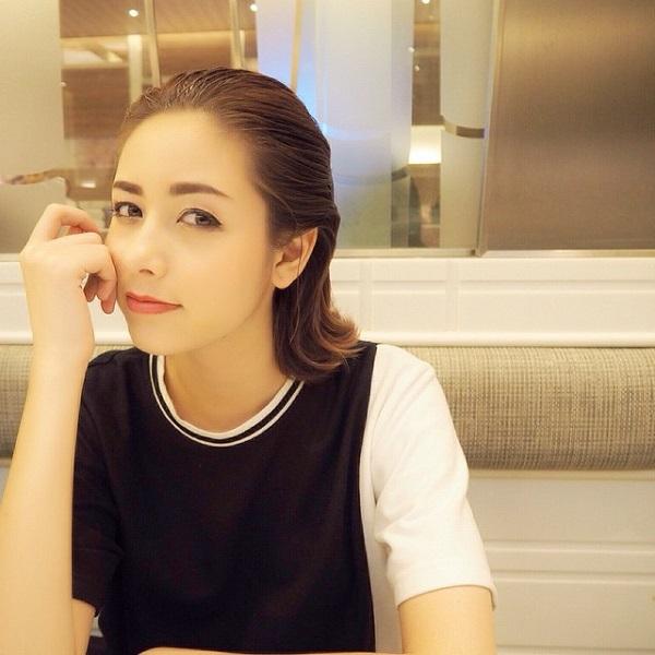 Đây là kiểu tóc đang trở thành trào lưu và xu hướng mới được các tín đồ thời trang Thái Lan cũng như thế giới ưa chuộng. Nét đơn giản, nhẹ nhàng nhưng lại rất mới mẻ và hiện đại trong các buổi tiệc tùng trong mùa hè này.
