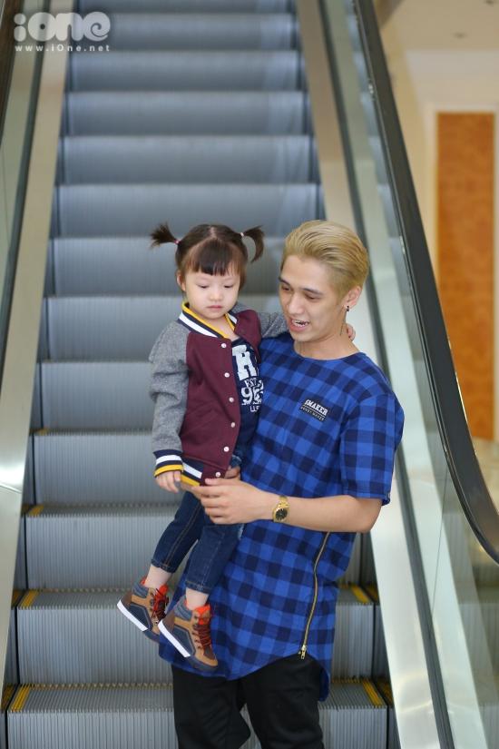 Tronie muốn hình ảnh là một người cha luôn cạnh con , chỉ bảo và dẫn con đi khắp thế gian
