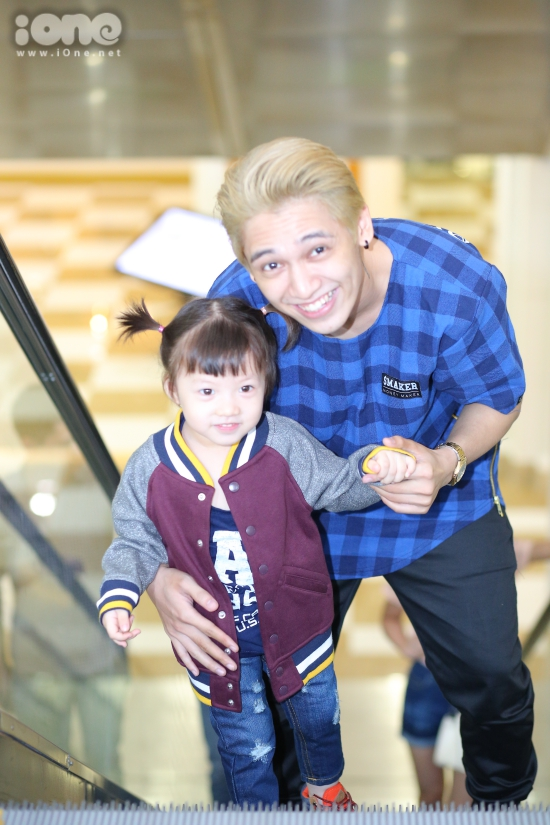 Bé Bông thường khoeảnh chụp cùng Tronie và bảo bố nuôi của cô bé là người de05p tra nhất thế gian.