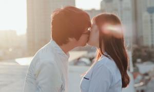 Bùi Anh Tuấn lần đầu hôn bạn diễn trong MV mới