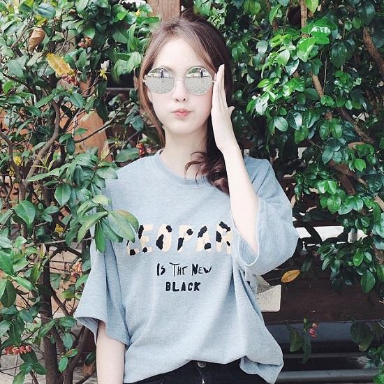 Cô nàng Pimtha  hot girl đình đám nhất xứ Chùa vàng cá tính và sành điệu trong một thiết kế kính mắt tròn gương.