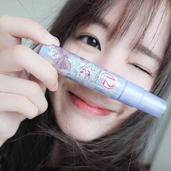 Đánh trúng tâm lý của các cô gái trẻ, ngoài Hàn Quốc, hiện Thái Lan cũng xuất hiện nhiều món mỹ phẩm không chỉ để làm đẹp, mà còn là phụ kiện trang trí xinh yêu hay giúp teen thể hiện cá tính.