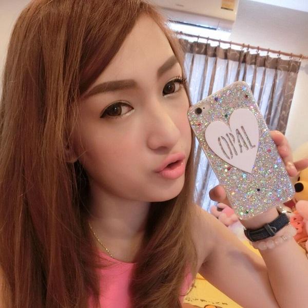 Tại Thái Lan, cùng với những món đồ hay phụ kiện thời trang sành điệu, các hot girl nước này cũng nhanh tay sắm những chiếc case đính kim tuyến độc đáo cho điện thoại thêm phần bắt mắt.
