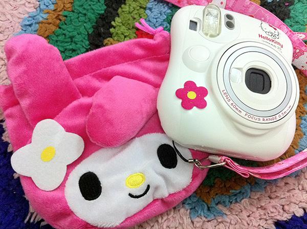 Với các tín đồ thời trang, đến cả máy ảnh đi chụp hình cũng phải thật dễ thương, phong cách. Sản phẩm máy chụp hình Hello Kitty rất tiện lợi khi đi du lịch được giới trẻ xứ Chùa Vàng yêu thích.