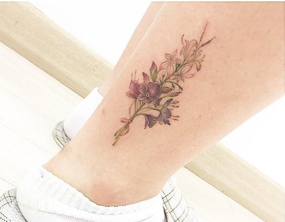 Một hình xăm hoa được khắc họa tinh vi.
