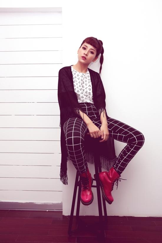 Chi Pu trông cá tính hơn với áo thun họa tiết gấu phối cùng quần dáng ôm họa tiết lạ mắt và áo khoác tua rua tone màu trắng đen.