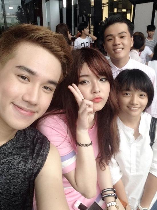 Fan tranh thủ chụp ảnh cùng Thịn Nguyễn,