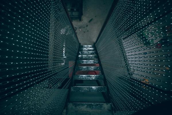 Thiết kế cầu thang lên gác cũng khá độc đáo. Bậc thang được cố tình thiết kế khá khó đi