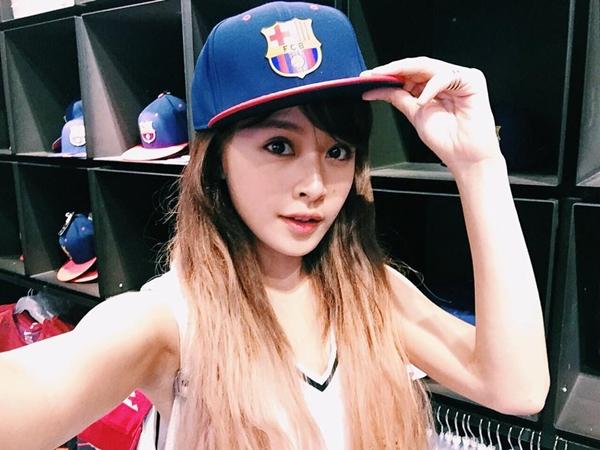 Chi Pu khoe fan bức ảnh đội chiếc mũ có in hình