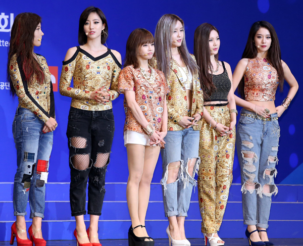 Pop-group-T-ara-is-greeting-on-7477-9814