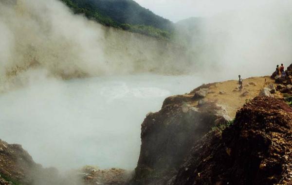 Hồ nước sôi ở Dominica. Giữa hồ, nước sôi liên tục, chỗ thấp nhất cũng lên đến 80 độ C. Đây là suối nước nóng lớn thứ hai thế giới.