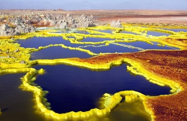 Thị trấn Dallol ở Ethiopia là nơi có nhiệt độ cao nhất thế giới. Dù mang vẻ đẹp đầy màu sắc nhưng nơi đây có độ ẩm tới 60% và chứa khói từ suối nước nóng, lưu huỳnh.