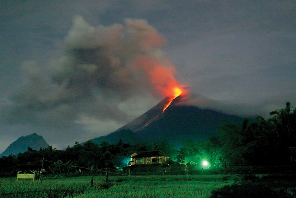 """Núi lửa Merapi, Indonesi là một ngọn núi đang hoạt động. Nơi đây được biết tới với biệt danh """"Ngọn núi của lửa"""", với hàng chục đợt phun trào nham thạch. Từng có một đợt phun trào khiến 200 cư dân quanh núi chết vào năm 1994."""