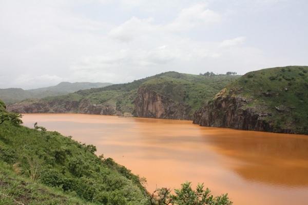 Hồ chết chóc Nyos ở Cameroon chứa lượng khí CO2 rất lớn. Nơi đây từng xảy ra hiện tượng phun trào C02 khiến hàng nghìn người chết.