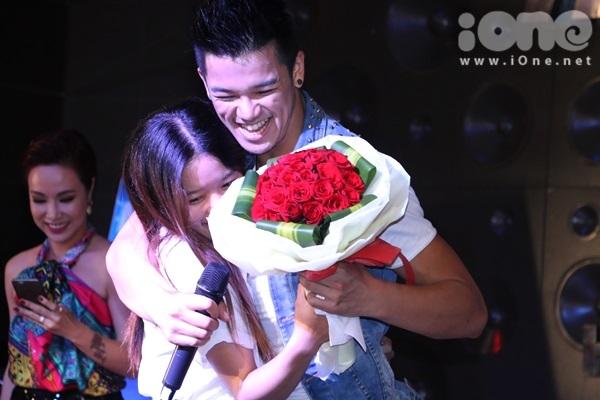 Một bạn gái hạnh phúc được Trọng Hiếu dành cho cái ôm thắm thiết sau màn tặng hoa.