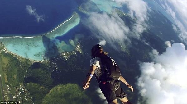 Cặp đôi này cũng liên tục thử sức với các trò mạo hiểm như bay lượn, nhảy dù...