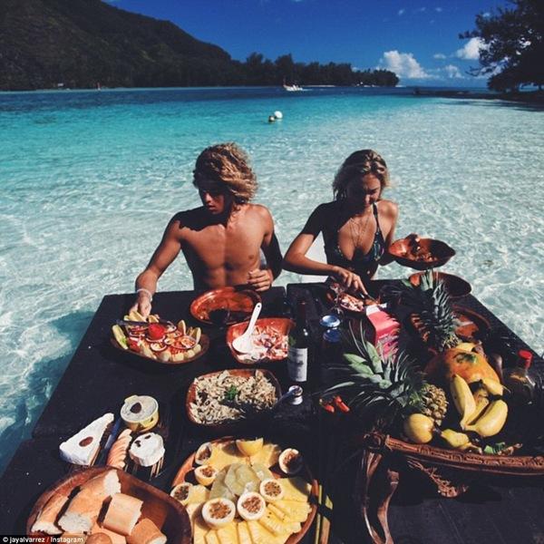 Những bữa ăn thịnh soạn trên biển...