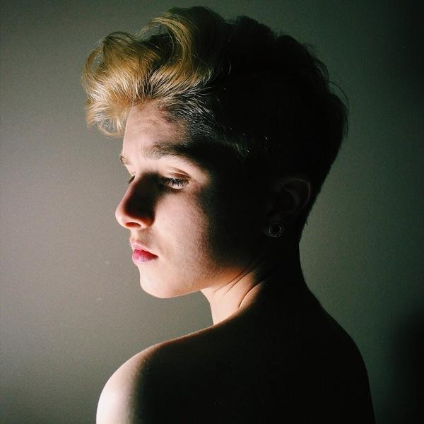 Nhiều bức ảnh của Emily được chụp theo ánh sáng nghệ thuật.