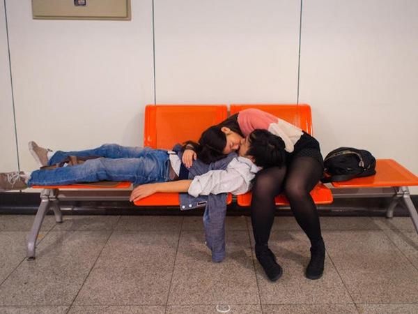"""Bộ ảnh này có tên gọi """"Những nụ hôn ngọt ngào"""". Mỗi ngày đi làm, chàng nhiếp ảnh gia đều ghi lại những nụ hôn của các cặp đôi xung quanh mình, từ trên ghế chờ..."""