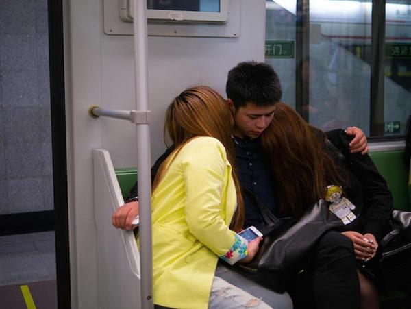 ...đến khi lên tàu. Những nụ hôn trong loạt ảnh được đánh giá là rất văn minh, lịch sự dù ở trong tàu điện ngầm.