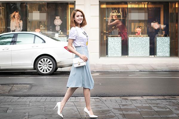 Cũng như nhiều người đẹp khác trong showbiz, Hoàng Anh có niềm đam mê lớn với thời trang và thường xuyên cập nhật các xu hướng mới thông qua báo chí và Internet. Cô tham khảo, học hỏi nhiều từ cách mix đồ của nhiều ngôi sao nổi tiếng của thế giới để lựa chọn cho mình style phù hợp với vóc dáng, tính cách của cô.