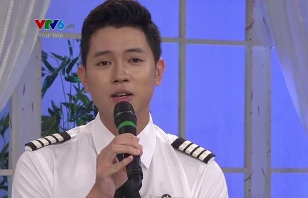 """""""Cơ trưởng trẻ nhất Việt Nam"""" say sưa hát trên sóng truyền hình."""