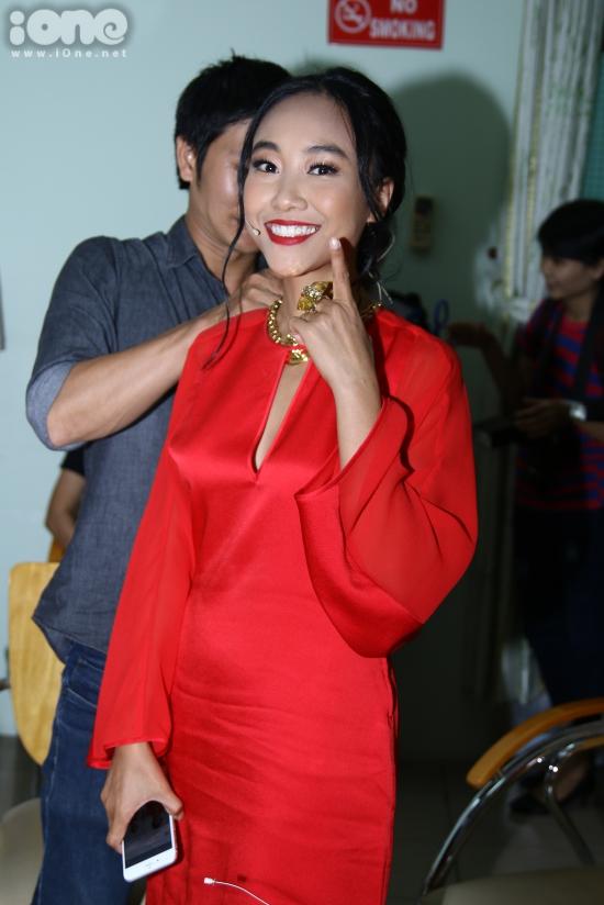 Đoan Trang cùng diện bộ trang phục đỏ nổi bật được khoét sâu phần ngực.