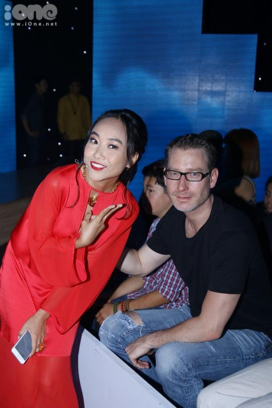 Chồng của Đoan Trang ngồi dưới hàng ghế khách mời ủng hộ tinh thần cho vợ.