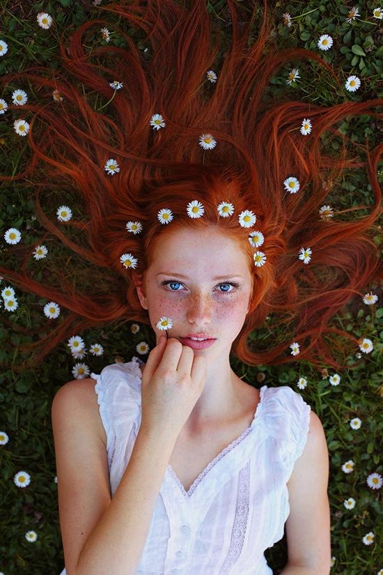 Dưới góc máy của Maja, cô bạn tóc đỏ trông như một nữ thần mùa hè.